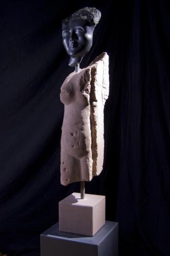 """""""Kriegerisch"""", 2013 Steatit, historisches Sandsteingewände, Stahl"""