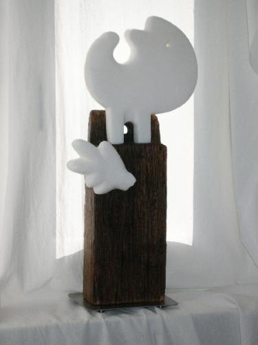 """""""Die kahle Sängerin"""", 2010, Alabaster, historischer Holzbalken"""