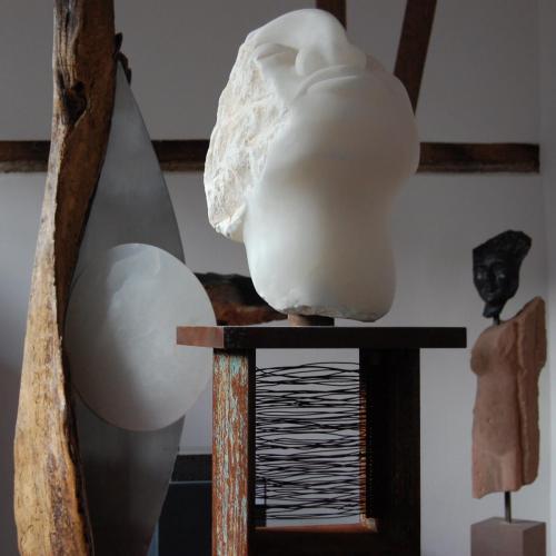 """""""Suchbewegung"""", 2014 Alabaster, Stahl, historisches Sandsteingewände"""