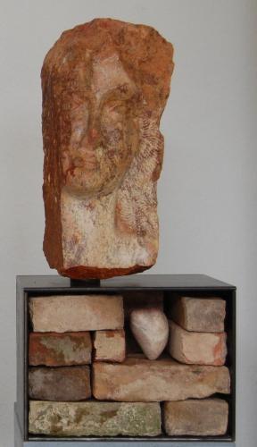 """""""Herzdame"""", 2015 Serpentin, Stahl, historische Ziegelsteine"""
